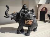 """Figurina """" Hotei râzând pe un elefant"""""""