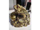 Broască mare Feng-shui cu trei picioare pe monede și lingouri de aur